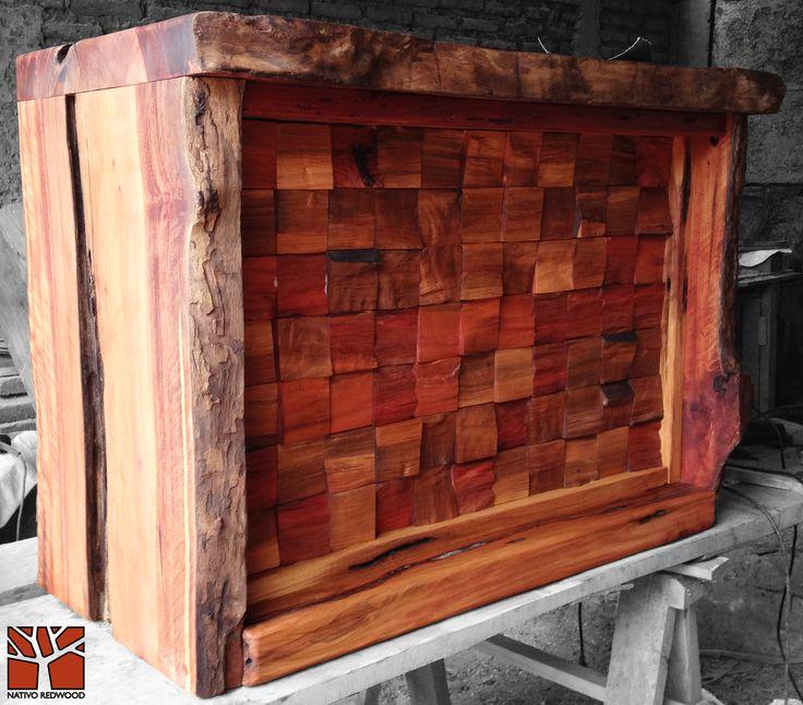 Nativo Redwood. Bar de roble rustico con bordes con corteza y base de mosaico de roble rústico de profundidad variable. Dimensiones: 0.60x1.00x0.80 www.facebook.com/nativoredwoodsa