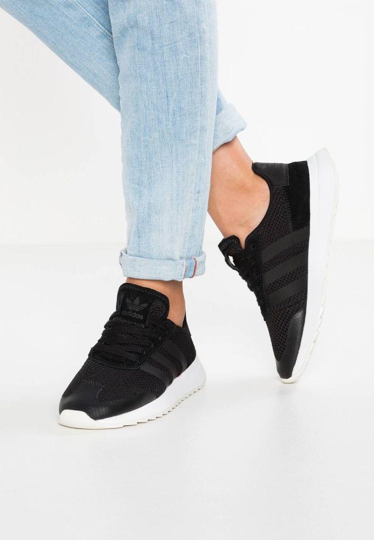 adidas Originals. FLASHBACK - Sneaker low - core black/white. Sohle:Kunststoff. Decksohle:Textil. Innenmaterial:Textil. Obermaterial:Lederimitat/ Textil. Verschluss:Schnürung. Fütterungsdicke:kalt gefüttert. Schuhspitze:rund. Pflegehinweise:Bitte vor dem erst...