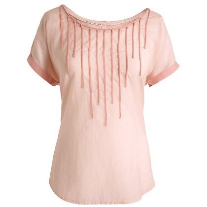 Hübsche nudefarbene Bluse von Esprit. Diese schöne Bluse ist mit kontrastierenden Paspelierungen und einer rückwärtigen Zierknopfleiste versehen. Sie lässt sich toll zu weißen, oder pastellfarbenen Stoffhosen kombinieren!
