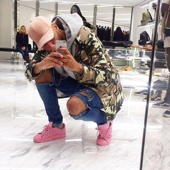 Jaqueta Masculina. Macho Moda - Blog de Moda Masculina: Jaqueta Masculina: 5 modelos que estão em alta pra 2017. Moda Masculina, Moda para Homens, Roupa de Homem, Moda Masculina Inverno 2017, Roupa de Homem Inverno, Jaqueta Camuflada, Blusa Camuflada masculina, Jaqueta Masculina Camuflada, Calça Skinny Rasgada, Boné Dad Hat, Adidas Superstar Rosa Quartzo