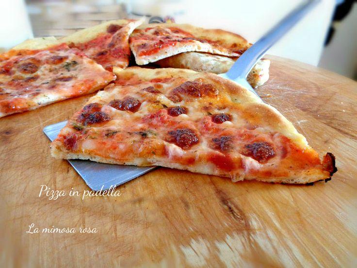 Pizza in padella, facile e veloce, da cuocere senza forno! Impastata in pentola, sporcando poco la cucina. Croccante ai lati e morbida al centro!