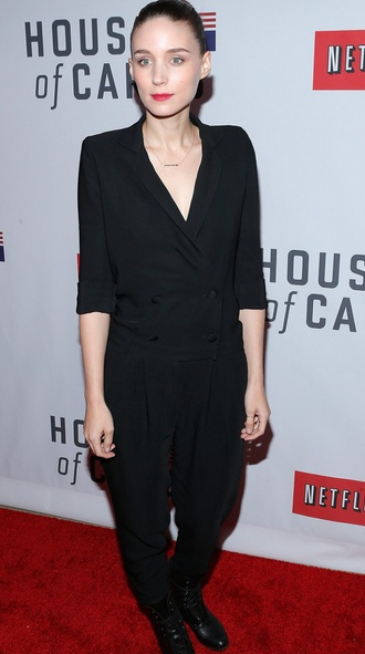Rooney Mara wearing her #carriehoffmanjewelry rose gold thumb ring at the premiere of sister Kate Mara's new series House of Cards