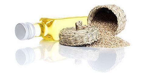 Olio di sesamp, proprietà benefiche e utilizzi. L'olio di sesamo è stato utilizzato per centinaia di anni come rimedio curativo naturale. Viene estratto dai semi di sesamo, noti soprattutto per il loro elevato contenuto di calcio e di lipidi benefici. L'olio di sesamo alimentare può essere utilizzato in cucina come condimento. In generale esso possiede proprietà antibatteriche e antivirali. E' possibile acquistare l'olio di sesamo nei negozi di prodotti biologici e alimentazione naturale…