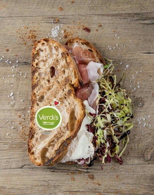 Desideri un pranzo Goloso? Prova il nostro panino francesino realizzato con farina macinata a pietra e lievito madre. Farcito con crudo stagionato 24 mesi, raspadura di lodi e lattuga. Ordinalo su verdi-s.it/delivery   Searching for a gourmet lunch? Try our sandwich made with stone-ground flour and yeast. Stuffed with Parma ham 24 months raspadura cheese and lettuce. Order it on verdi-s.it/delivery #food #sandwich #milan #foody #verdis #sanoappetito #healthy #expo2015