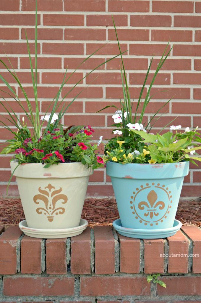 Een beschilderde bloempotten diy project, geïnspireerd door de MOTRIN® Make It Happen Weekends programma.