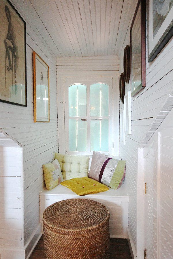 Best 25 sewing nook ideas on pinterest small sewing space sewing rooms and diy sewing table - Panca sotto finestra ...