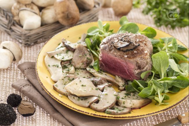 Il filetto con porcini e tartufo è un secondo piatto raffinato, che si prepara in pochi minuti e vi permetterà di fare un figurone con i vostri ospiti
