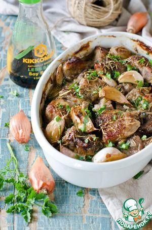Запеченное мясо в луково-соевом маринаде       Мясо (мякоть свиная ) — 700 г     Лук репчатый (средний) — 5 шт     Чеснок — 10 зуб.     Соевый соус — 4 ст. л.     Перец черный     Розмарин     Соль