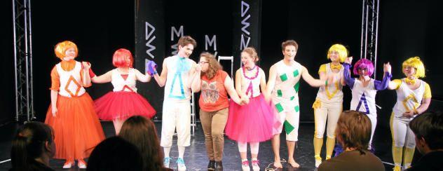 Handküsschen für Hauptdarsteller: Regisseurin Christin Trommer (Mitte)ist sichtbar zufrieden mit der Darbietung ihrer Truppe. Foto: Martin Lücke