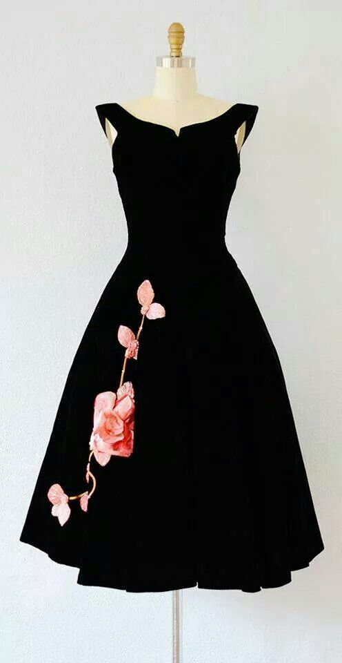 I love this dress! Although I don't like roses so a different print would be better.                                                                                                                                                     Más