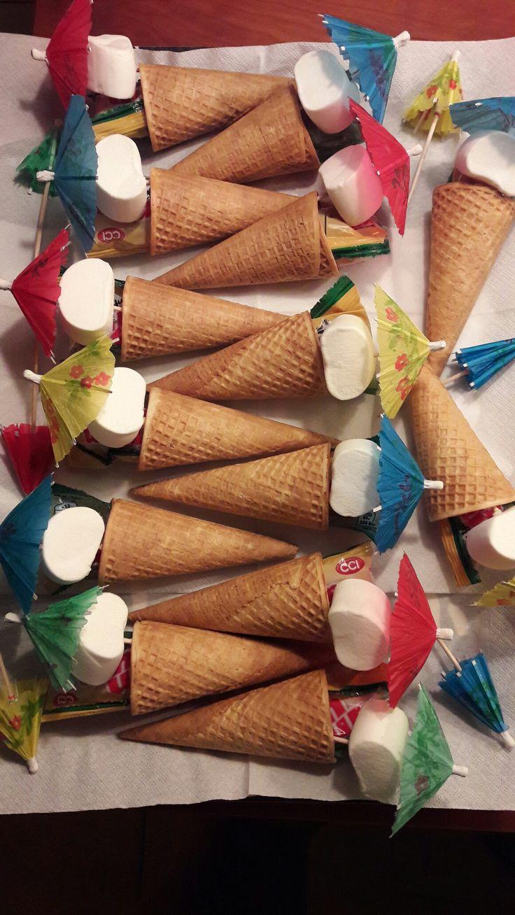IJshoorntjes met een marshmallow en parasolletje, aangevuld met een zakje tumtum.