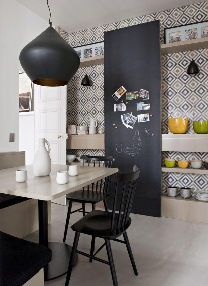 Стол и системы хранения на кухне сделаны по эскизам Double G. Потолочный светильник Beat Light Stout, дизайн Тома Диксона. За высокой грифельной доской спрятан телевизор. На стене — цементная плитка Diamond in the Rough, Popham Design.