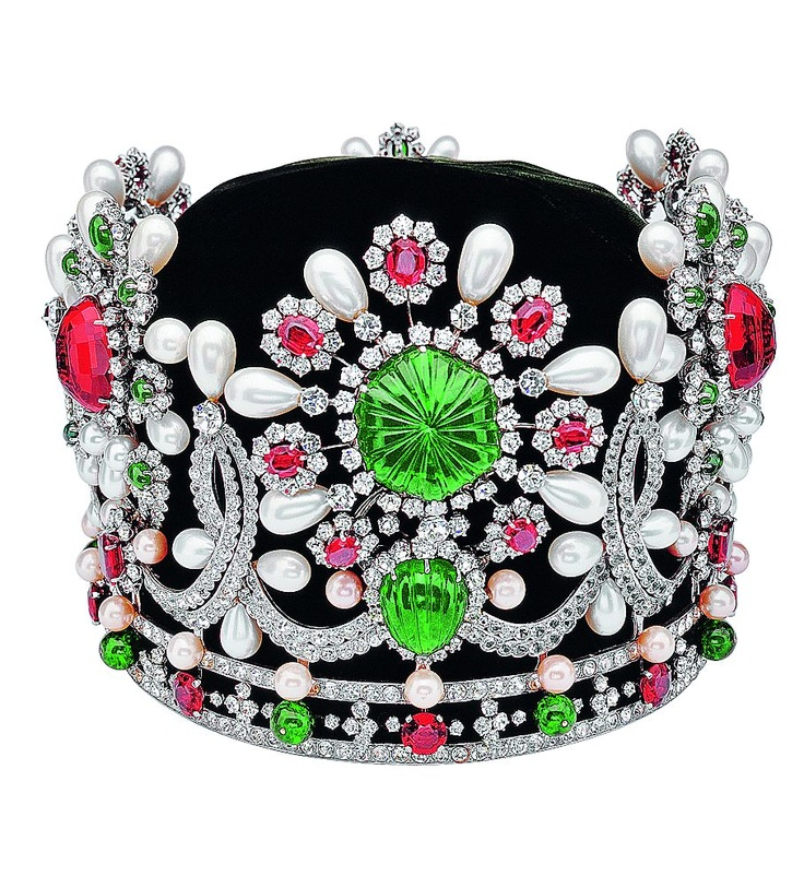 On the day of her coronation in Teheran, the Empress Farah Pahlavi wore a sumptuous bejeweled crown and emerald necklace created by Van Cleef & Arpels. The crown was adorned with 1541 stones in total, including 1469 diamonds, 36 emeralds, 34 rubies, 2 spinels, 105 pearls among other stones, but most importantly, a spectacular 150-carat emerald set at the center. It weighed 4.3 pounds.