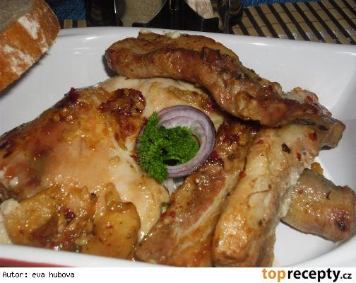 Pečené kuřecí stehna s bůčkem 2 kuřecí stehna 500 g vepřov bůčku  1 cibule 2-3 stroužky česneku 1 KL chilli vloček naložených v oleji trochu oleje z chilli vloček sůl Marináda: ------------- 1 PL rozpušt medu 1 PL plnotuč hořčice pár kapek sój omáčky Na dno pekáče cibuli a česnek. Z bůčku stáhneme kůži a nakrájíme, potřeme marinádou, na pekáč. Stehna taky potřeme marinádou, k bůčku. Potřeme chilli, pokapeme olejem, osolíme a stehna přikryjeme  kůží z bůčku. Podlejeme, pečeme180°