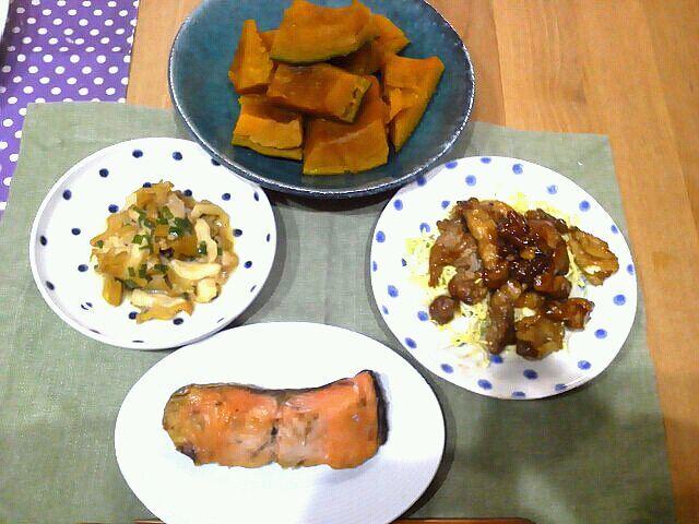 11月1日晩ご飯。平凡な食卓だわ。今日はつぶ貝のバター醤油ソテー、豚のサッパリ照り焼き、鮭塩焼き、かぼちゃの煮物。昨日ハロウィンでかぼちゃケーキの残りをやっつけました(笑) - 3件のもぐもぐ - つぶ貝のバター醤油ソテーと献立。 by @AAries36