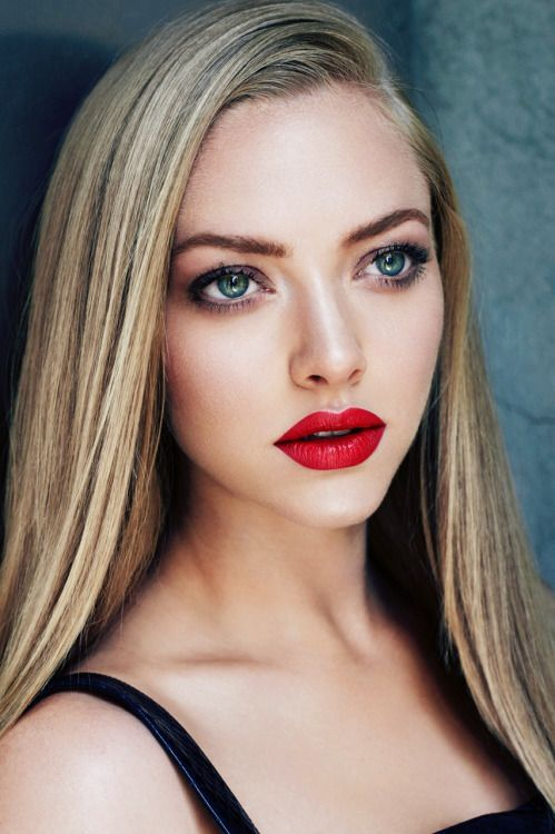 Amanda Seyfried beautiful with her red lips, makeup and straight hair