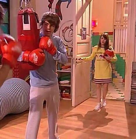 Como olvidar el momento de thiago y simón boxeando en el aula y entra mar a boxear y los ve y simón les dice que pueden hacer un trio  jajja
