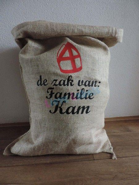 Een mooie jute zak van Sinterklaas met een mijter en de tekst: de zak van: .... Afmeting: 60x110 cm.