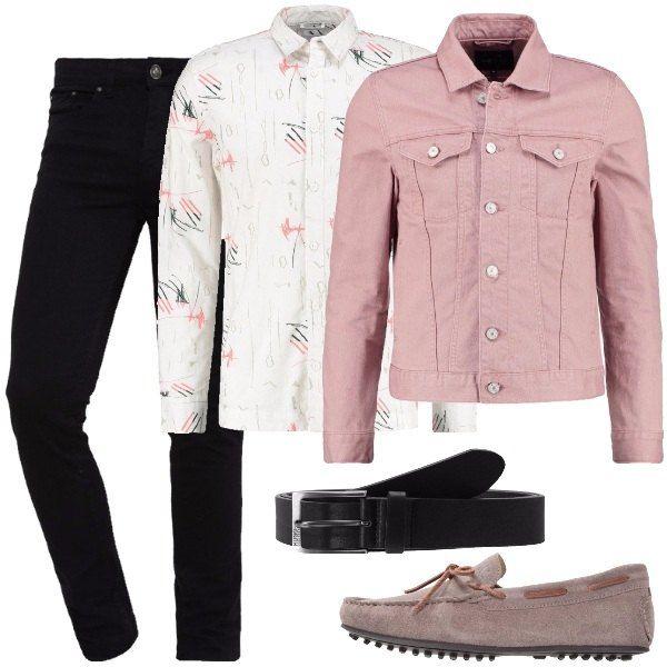 Outfit per tutti i giorni per un uomo a cui piace essere originale e farsi notare formato da un jeans skinny fit nero, una camicia in cotone bianca con fantasia multicolore e una giacca di jeans in rosa. Il look si completa con una cintura di pelle nera e un paio di mocassini scamosciati beige.