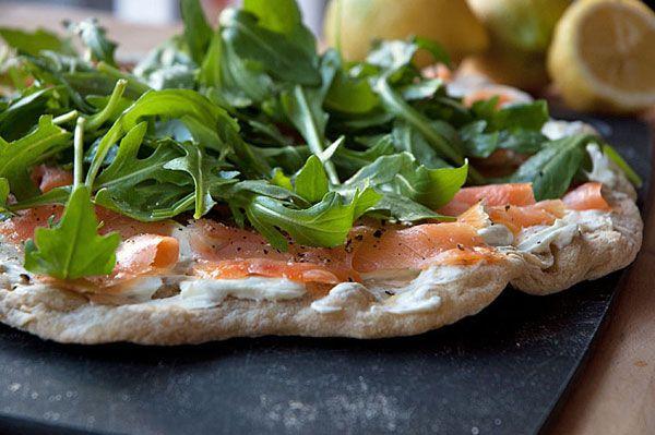 En skøn utraditionel og utrolig velsmagende frisk pizza med røget laks, wasabicreme og ruccola. Prøv den! Det vil du ikke fortryde