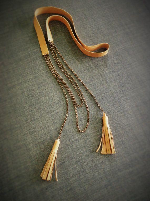 Cuir et laiton chaîne gland collier Long boho Jai créé ce hippie à la recherche de collier gland en cuir avec cuir beige et chaîne rolo en laiton. Il est facile à porter et definetely ajoutera une touche ludique à votre tenue ! Il tombe environ 38cm/15 cm de lencolure Vous pouvez trouver le reste de ma collection à: www.etsy.com/shop/EvisHandmadeJewels ……………………………………………………………………....................................... Puisque tous les articles sont fait à la main, ils peuvent...