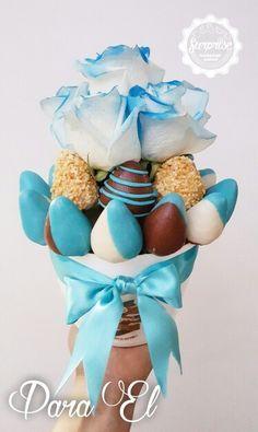 Ramo de fresas con chocolate y rosas en tono azul