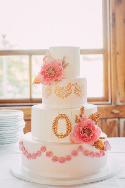 Our wonderful wedding cake made by Sannas Tårtor with flavors of white chocolate, dark chocolate browne, fresh strawberries, cream and white marzipan. #sannastårtor #weddingcake #wedding #cake #vintagecake