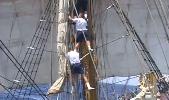 Cadetes ascienden por la escalera de cuerdas