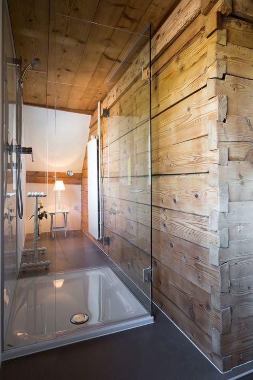 Dusche vor Altholzwand