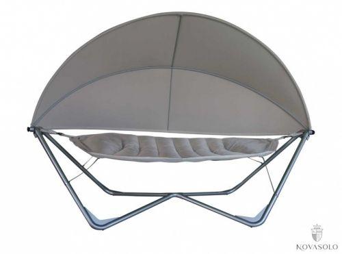 En meget eksklusiv, elegant og komfortabel St. Tropez hengekøye med solskjerm. Her får du et solid, pulverlakkert rammeverk i metall, en polstret og meget behagelig hengekøye, samt en stor justerbar solskjerm. Tilbring lange og varme sommerdager i luksus.Mål:Lengde 3,36mBredde 1,5mMateriale:Ramme - sølvlakkert metallSandfarget tekstilVarenummer:890094Varen krever enkel montering