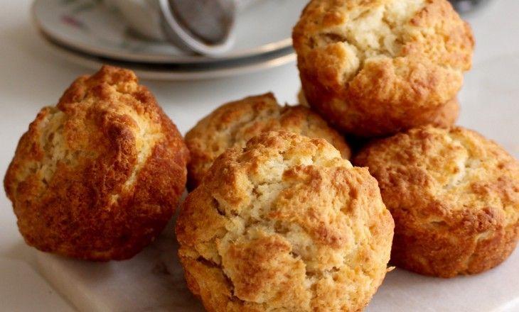 Klassiska scones bakade i välsmorda muffinsformar för att få en god yta.