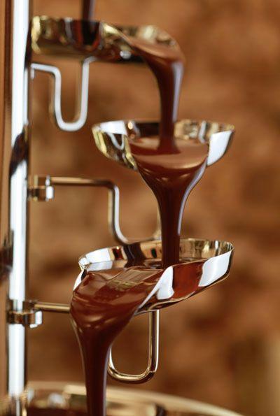 """Unser Profi-Gastro Schokobrunnen """"CF Banquet"""": Der Fluss feinster zartschmelzender Schokolade über 10 Kelche hinab sind puristischer Ursprung und Eyecatcher zugleich. Innovatives Cup Section Kaskaden-System. Flexible Füllmenge – weniger Verlust an Schokolade, d. h. massive Kosteneinsparung. Extra glatte Kaskaden für optimale Fließeigenschaften. #vinchoc #schokoladenbrunnen #schokobrunnen #chocolatefountain #fuentedechocolate #cfbanquet"""