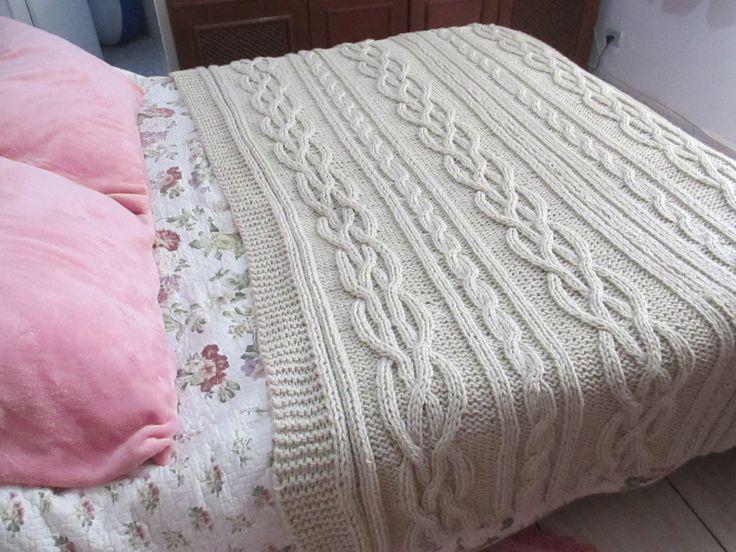 Lindíssima manta de tricô para cama queen. Também pode ser feita para cama king. Todas as cores.  Medida 140x240.  Para cama king, consultar vendedor.  Tenha algo feito exclusivamente para você!!