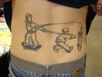 Esta é uma imagem que encontrei pela net de uma tatuagem desenha nas costas do cara, um skatista sendo puxado por outro que tentar recuperar seu skate, como um zumbi rsrs.