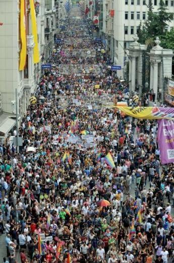 """İSTANBUL LGBT YÜRÜYÜŞÜ 30.06.2013 Gay Pride - İstanul LGBT (Lezbiyen Gey Biseksüel Transeksüel) bugün İstiklal Caddesi'ndeydi. Bu yıl 21'nci kez yapılan ve teması """"direniş"""" olarak belirlenen LGBT Onur Yürüyüşü'ne, Gezi Parkı olayları damga vurdu."""