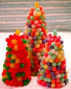 Un centro de mesas hecho de dulces puede ser muy atractivo en una fiesta infantil.