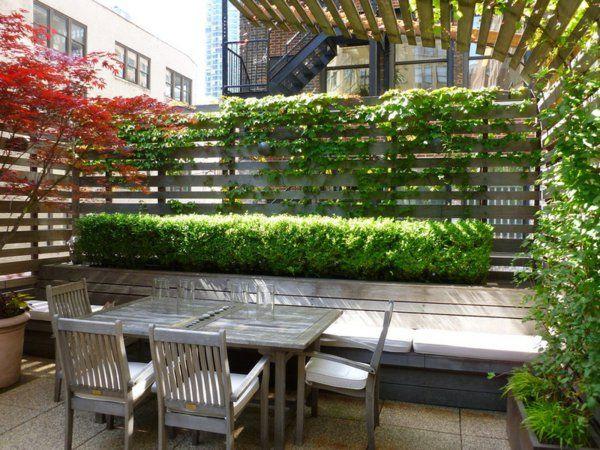 Sichtschutz im Garten beleuchten pflanzen überdachung holzplatten