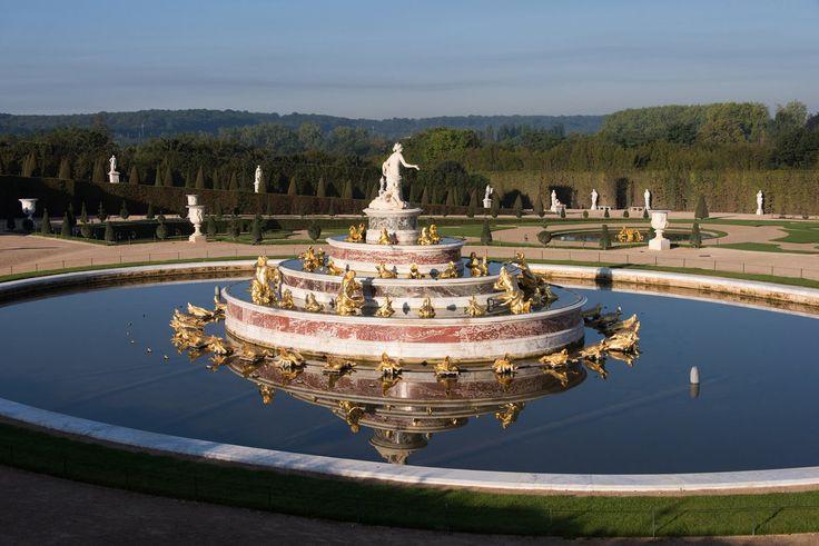 BASSIN DE LATONE.............PHOTO DE THOMAS GARNIER.............PARTAGE DE CHÂTEAU DE VERSAILLES.........SUR FACEBOOK..........Le roi fréquente ce jardin exceptionnel pour s'inspirer, et afin de mieux s'y délasser. Il le façonne à son image en le retouchant au fil des années. Le parc compte jusqu'à 1 400 jets d'eau et fontaines, parfois dissimulés dans les bosquets. Lorsque le roi ordonne les grandes eaux, près de 10 000 mètres cubes sont consommés en douze heures.