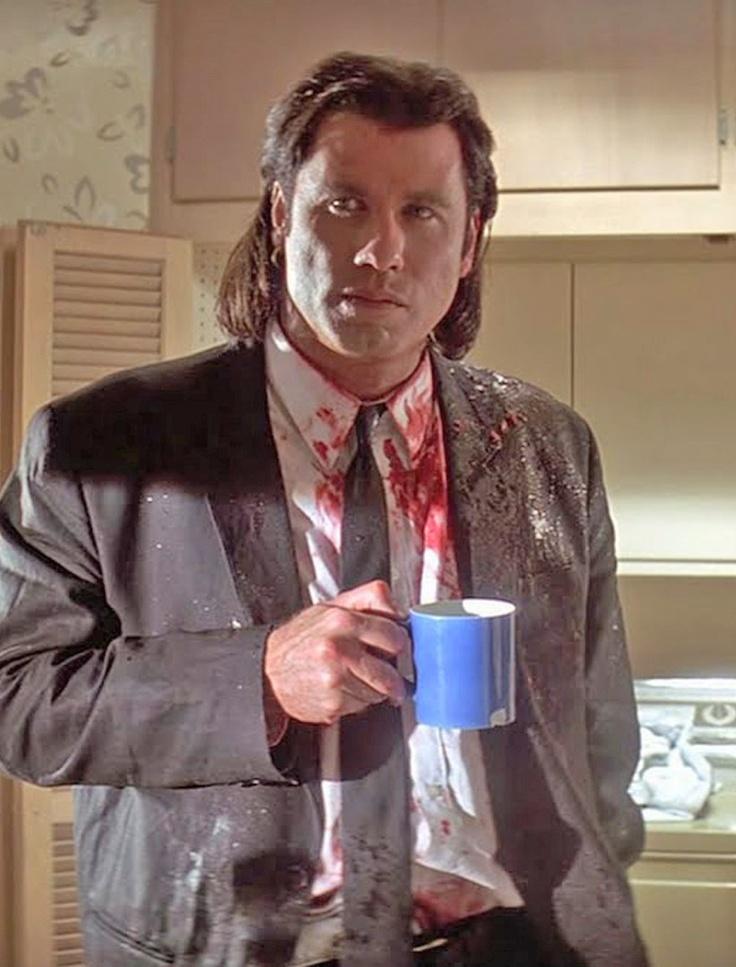 John Travolta une tasse à la main dans Pulp Fiction, 1994