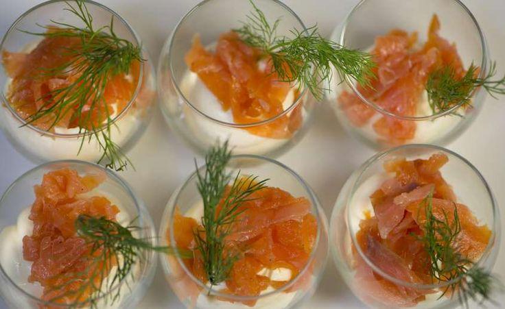 Se cercate delle idee raffinate, ma molto facili e veloci da preparare considerate questi bicchierini di salmone.