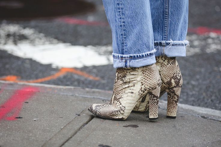 Нашият идеал комбо: змийска кожа ботуши и мама дънки.  # refinery29 http://www.refinery29.com/2015/09/93849/best-fall-shoes-fashion-week-street-style#slide-19: