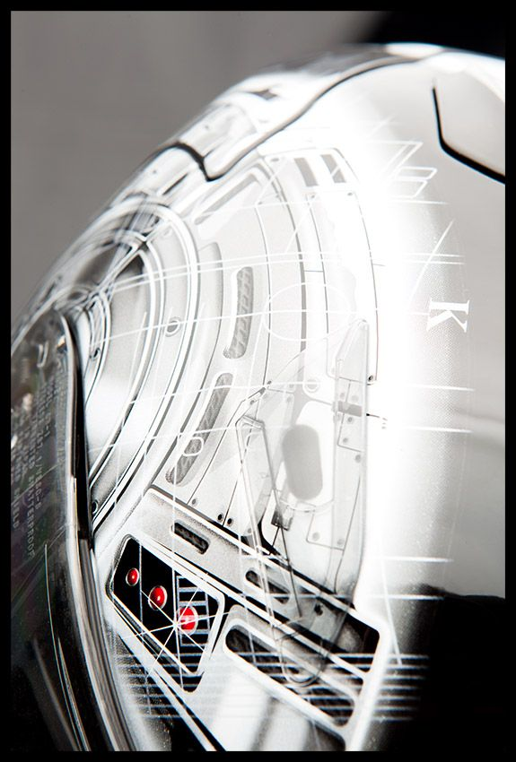 Superbe casque Shoei, fait main au Japon et en édition super extra limitée. Casque de la Team compétition de Suzuki La Défense. Agence Dites-le www.dites-le.com © Elise Grynbaum #helmet #suzuki #macro