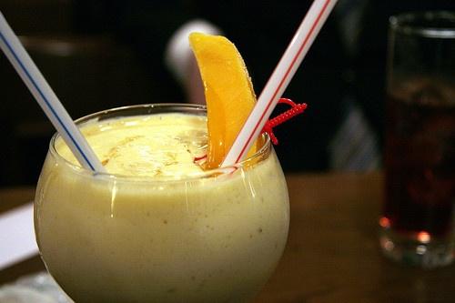 Banány oloupeme a nakrájíme na kousky. Mango také oloupeme, vypeckujeme a nakrájíme na kousky. Dva kousky manga si odložíme na ozdobu a zbytek nakrájeného ovoce vhodíme do mixéru. Přidáme mléko, jogurt, med a mixujeme, dokud nám nevznikne hustá pěna. Vlijeme do sklenice a ozdobíme odloženým kouskem manga.