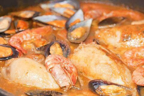 Op zoek naar een makkelijk, snel en lekker vissoep recept? Maak dan snel deze Spaanse zarzuela vissoep. Het enig moeilijke aan dit recept is het juist uitspreken van de naam.