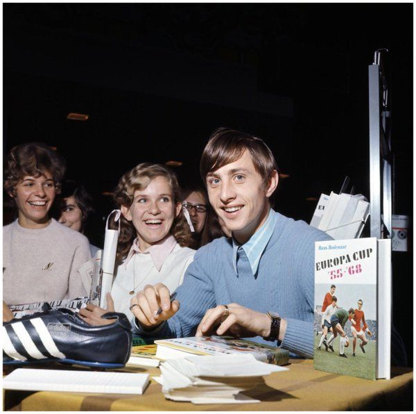 Johan Cruyff during a book signing for his young fans at a children's Book Fair, October 1968. Photo: Bob Van Dam