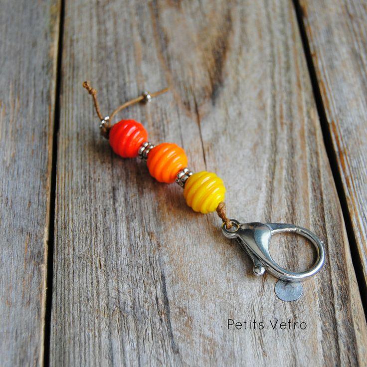 Portachiavi con moschettone e perle in vetro di murano giallo, arancione e rosso di LampworkAndMore su Etsy  #petitsvetro #lampwork #handmade #lampworkbeads