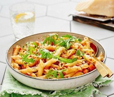 Med sojafärs och färdiglagad vegetarisk pytt kan du enkelt göra en vegovariant av din pasta bolognese. Örter, krossade tomater och rött matlagningsvin ger såsen en mustig och god karaktär, precis som originalet. Servera med nykokt penne och riven parmesan.