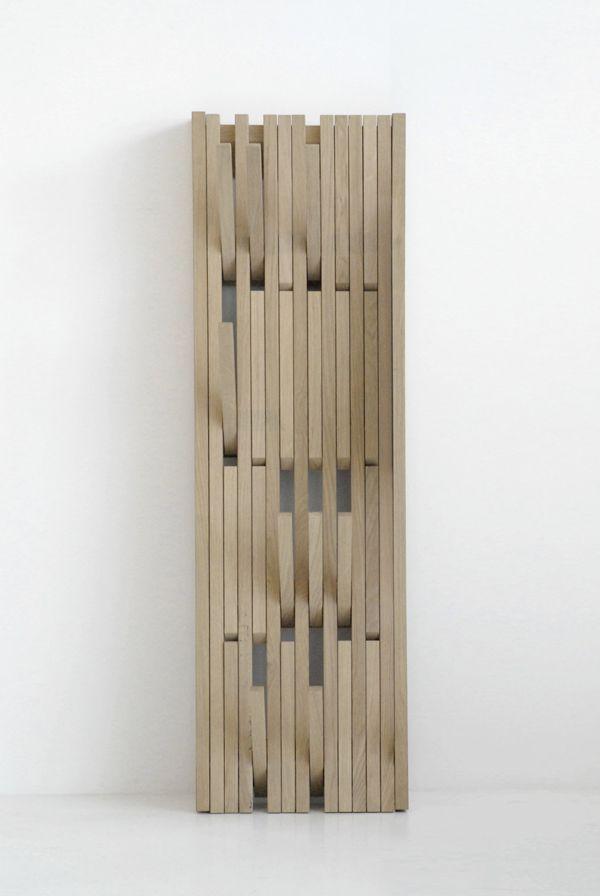 Piano van ontwerper Patrick Seha. Het Antwerpse ontwerplabel Feld vond dit ook en heeft 'm opgenomen in haar collectie. Het ontwerp is een bewijs dat kapstokken geen onooglijke of onhandige haken hoeven te hebben en ook geen permanente constructie hoeft te zijn. Wanneer je hem niet gebruikt hangt hij plat …