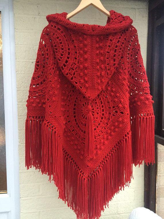 Poncho con capucha de ganchillo hecho a mano con flecos y borlas en rojo fabuloso. Los años setenta puesto al día con una capucha poncho estilo retro/vintage
