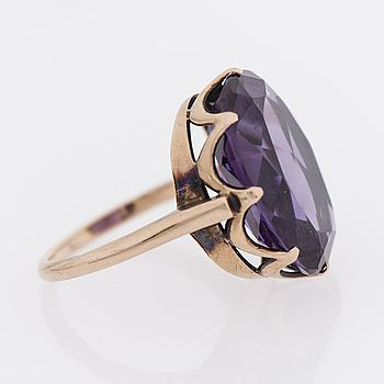 Westerback Oy (FI), 14K gold ring with a synthetic color changing sapphire. #finland | Bukowskis.com